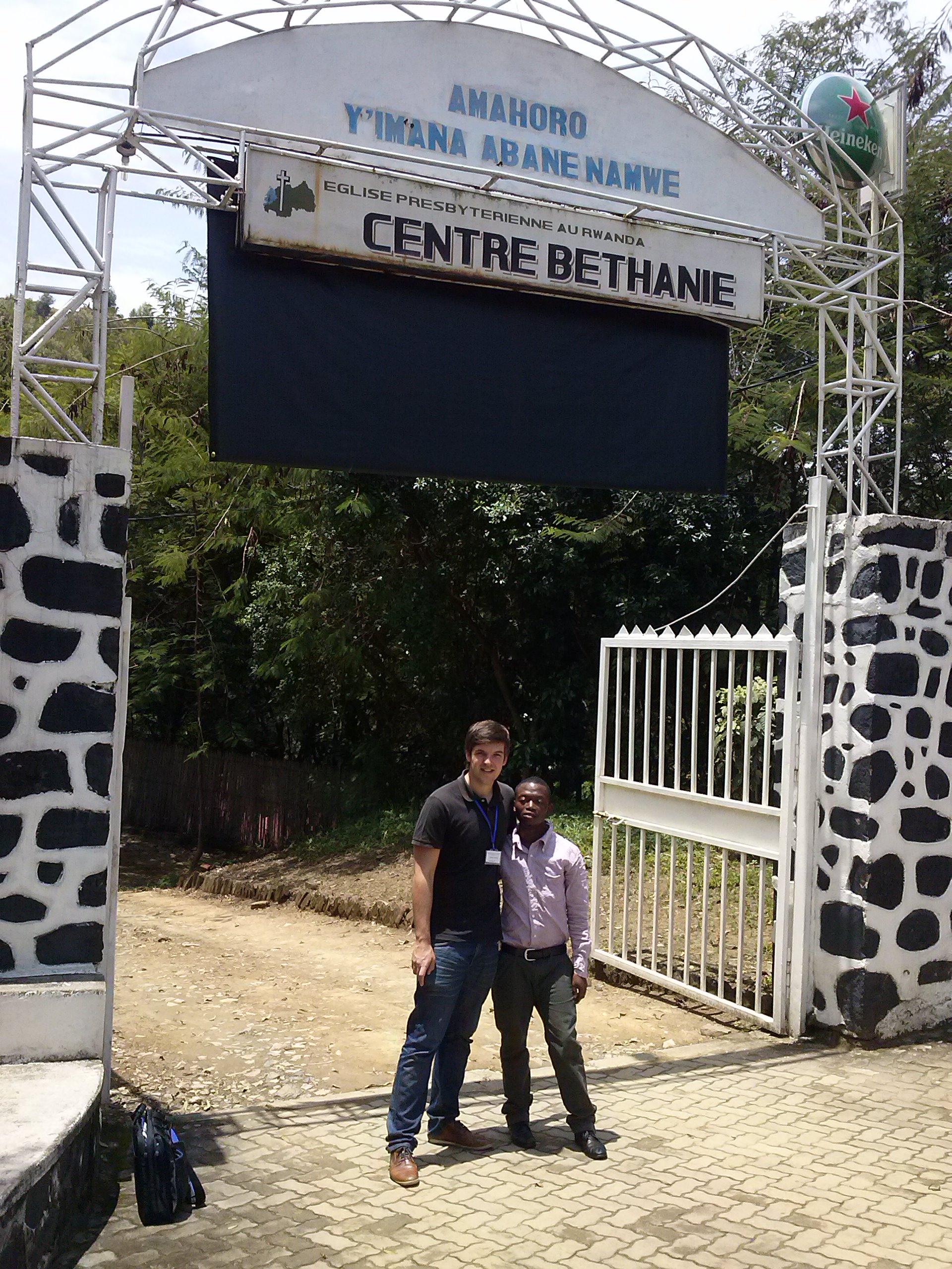 Ehemaliger Stipendiat Donat Ngabo an seinem Arbeitsplatz mit Julian Zeyher
